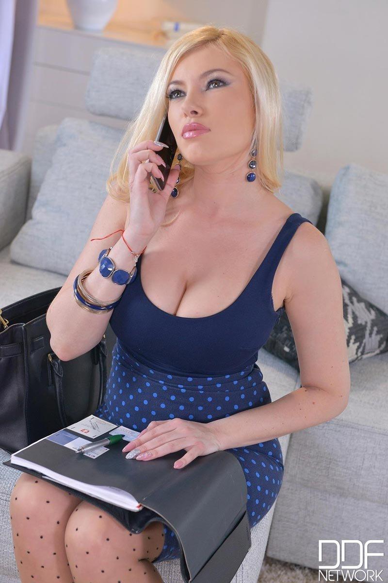 Похотливая блондинка позволяет себя хорошенько выебать – ей чертовски нравится мощный секс