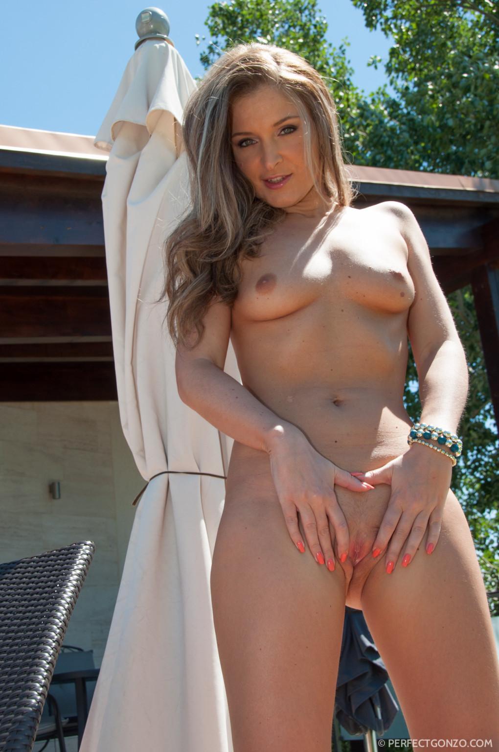 Красоточка с ангельской внешностью демонстрирует свое тело и затем насаживается на мужской пенис