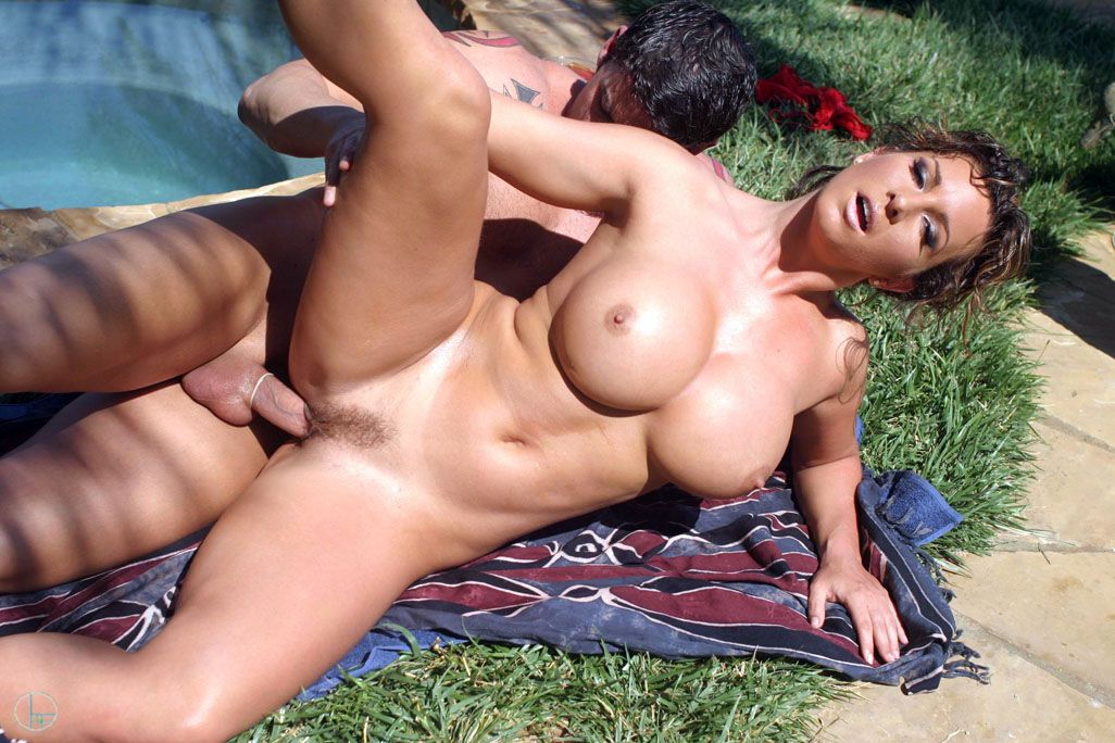Взрослую сиськатую секс-бомбу Cynthia Pendragon ебут у бассейна под палящим солнцем