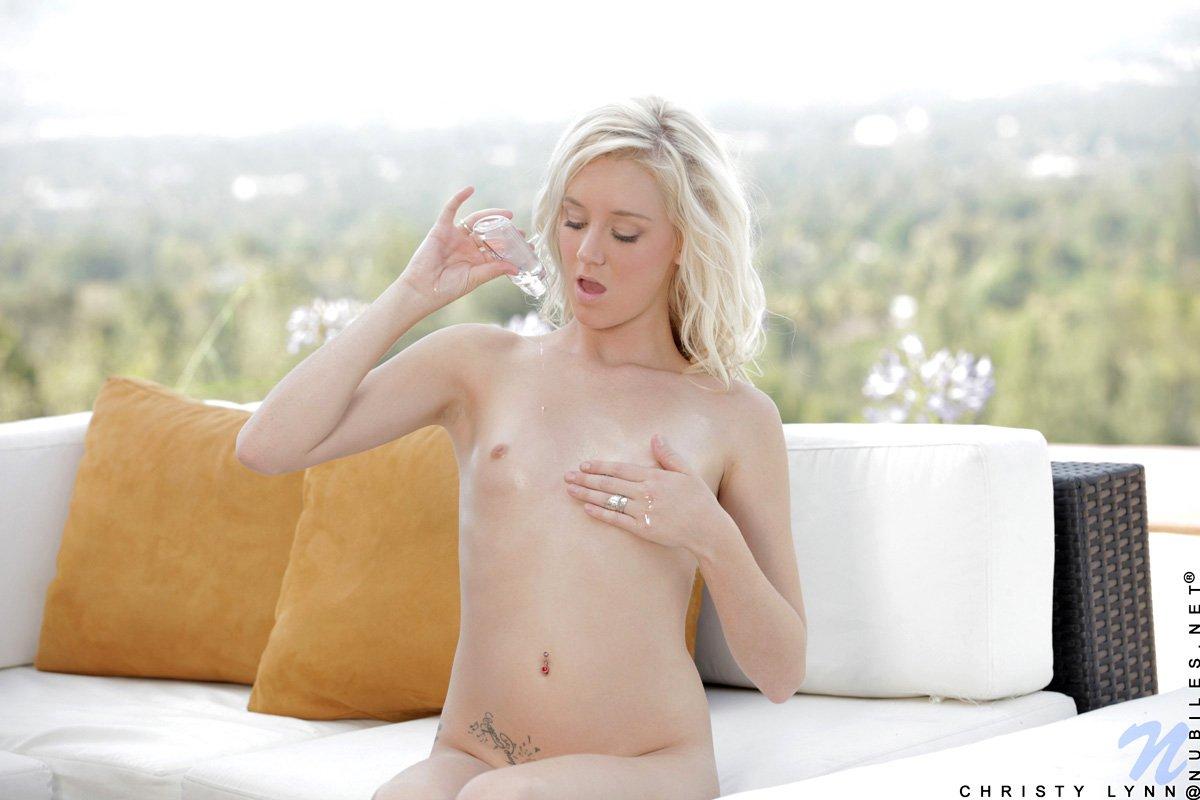 Молоденькая светлая модель с восхитительными титьками Christy Lynn снимает стринги и вертится в откровенных позах
