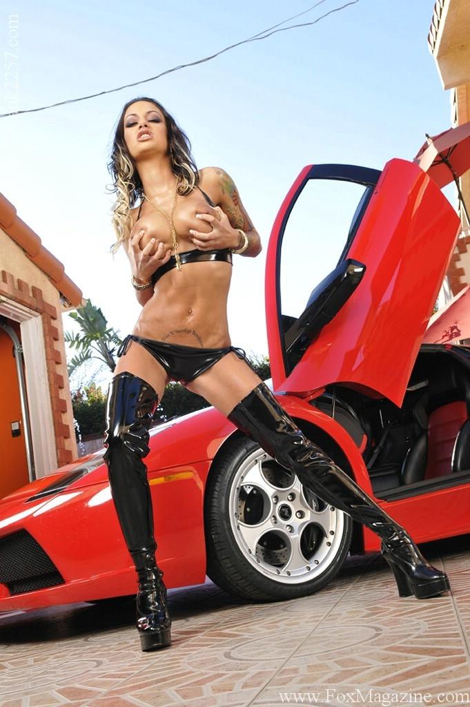 Анджелина Валентайн в темном латексном бикини и сапогах