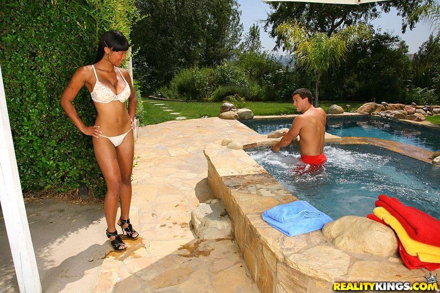 Пышногрудая черная няшка Evanni Solei поеблась с белоснежным юнцом в открытом бассейне
