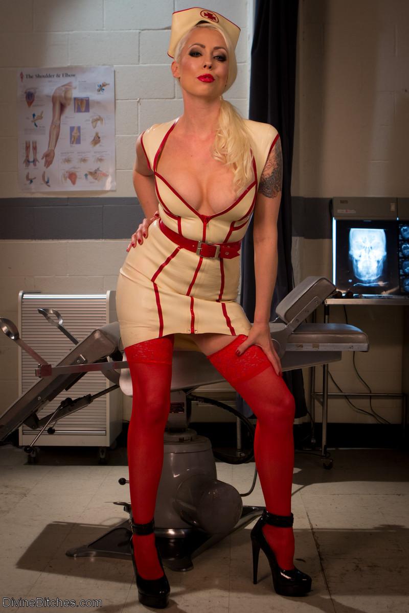 Госпожа в униформе врачихи выебала мужчину страпоном