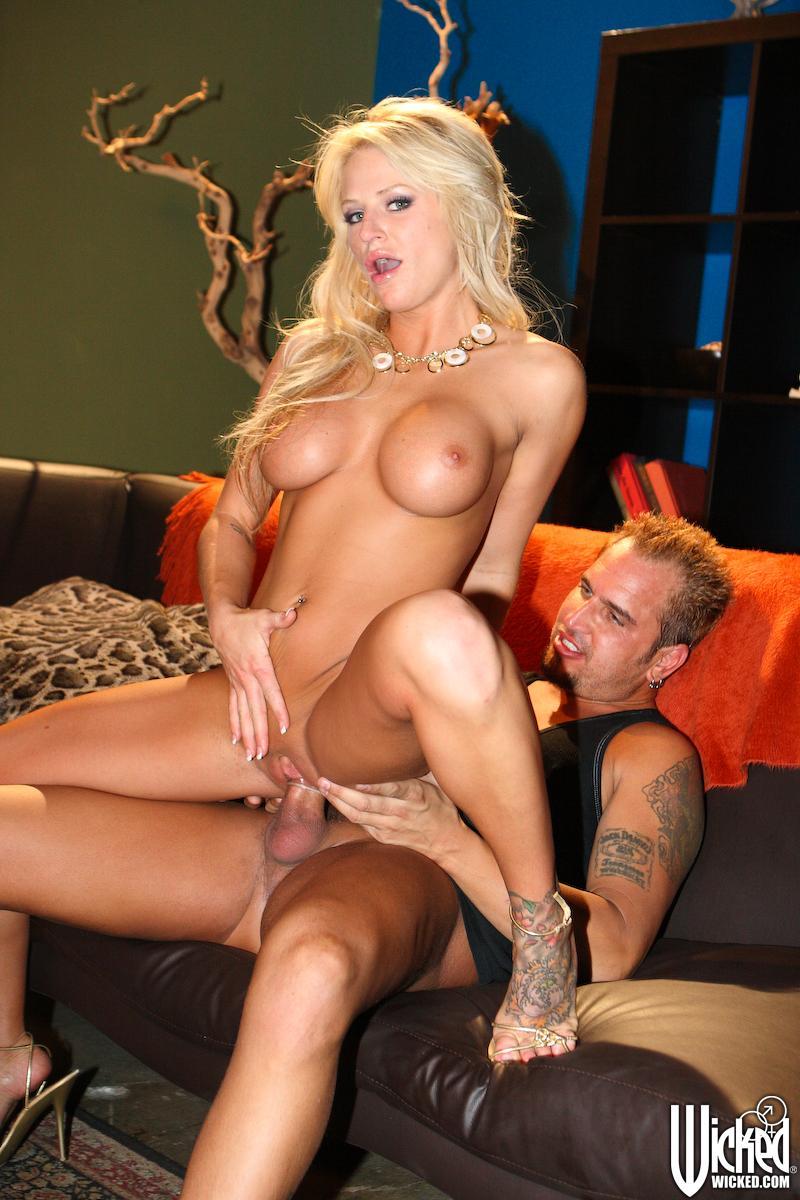 Игривая блондинка Brooke Belle с торчащими сисяндрами наслаждается милым оральными ласками и трахом в писю