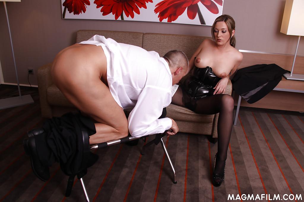 Мужчине нравится, когда госпожа Ana Montana сжимает в руках его достоинство
