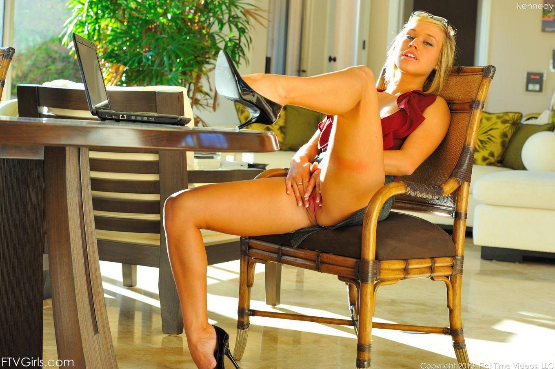 Блондинка Кеннеди Лей втыкает дилдо в юную писю