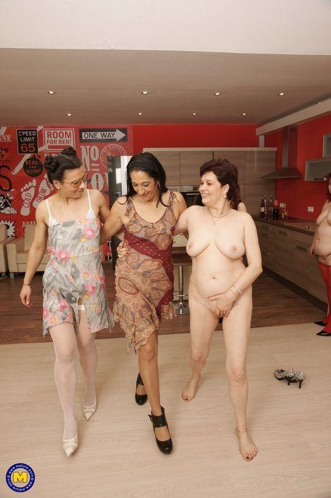 Жирная лесбияночка в красных носках дает лизать писю подружкам