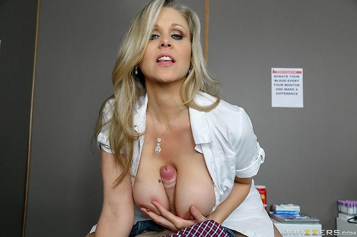 Сисястая сексапильная врачиха всегда готова потрахаться в писю HD фото порно