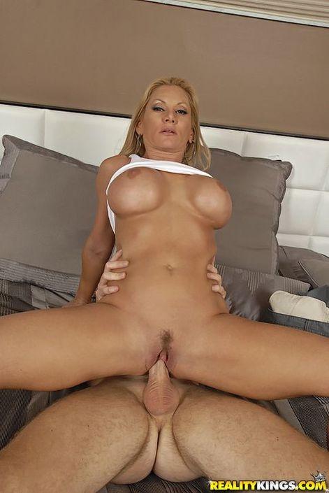 Симпатичная блонди с широкими ягодицами трахается аналом в разработанный попец HD фото порно