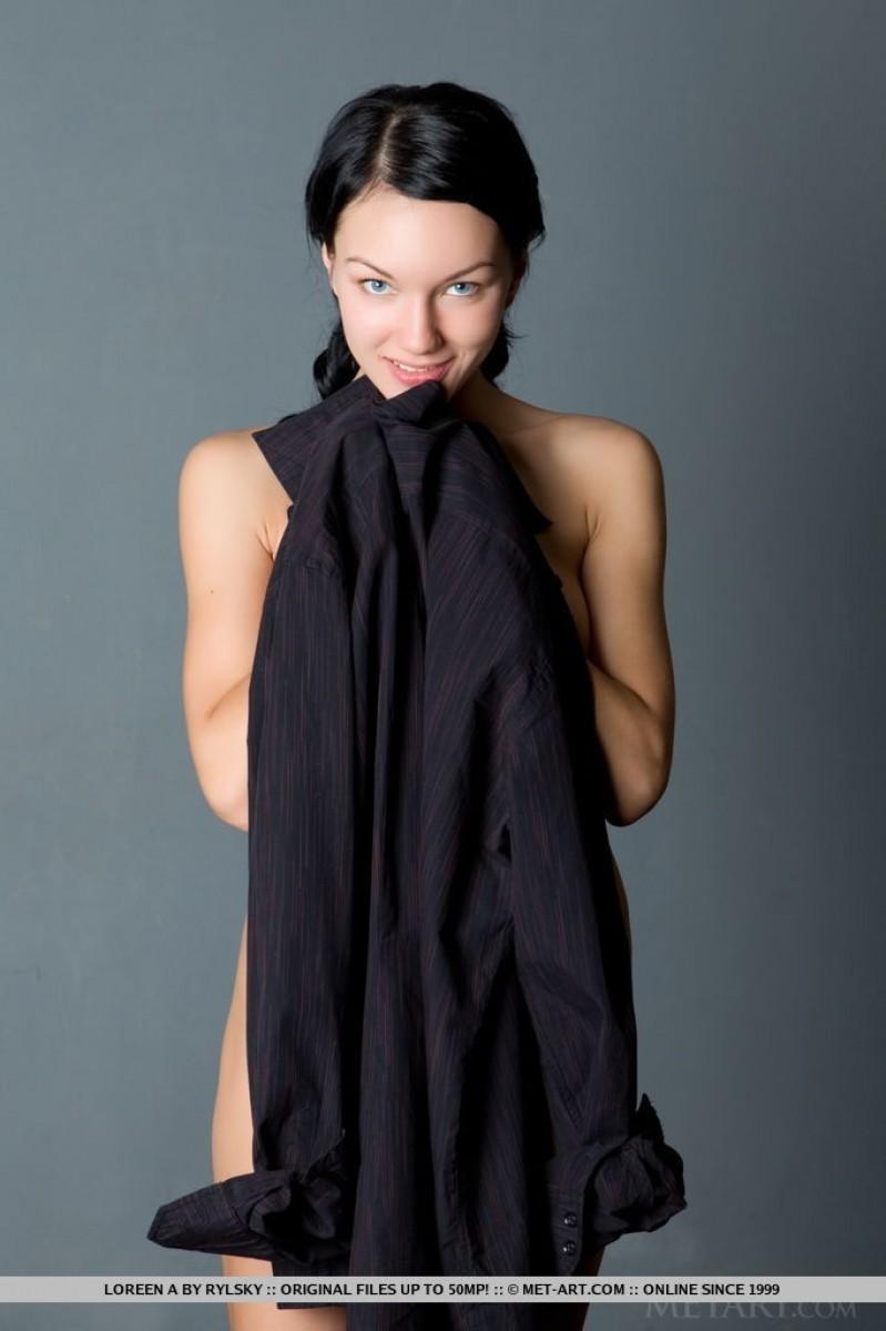 Пламенная темненькая девушка в черной рубашке