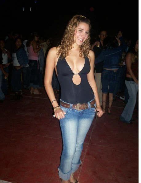 Грудастая ученица встретила в клубе юношу с длинным достоинством, которым и воспользовалась в этот же вечер