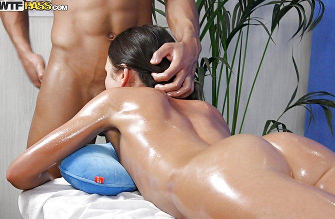 Накаченный ухажер вместо массажа трахнул клиентку