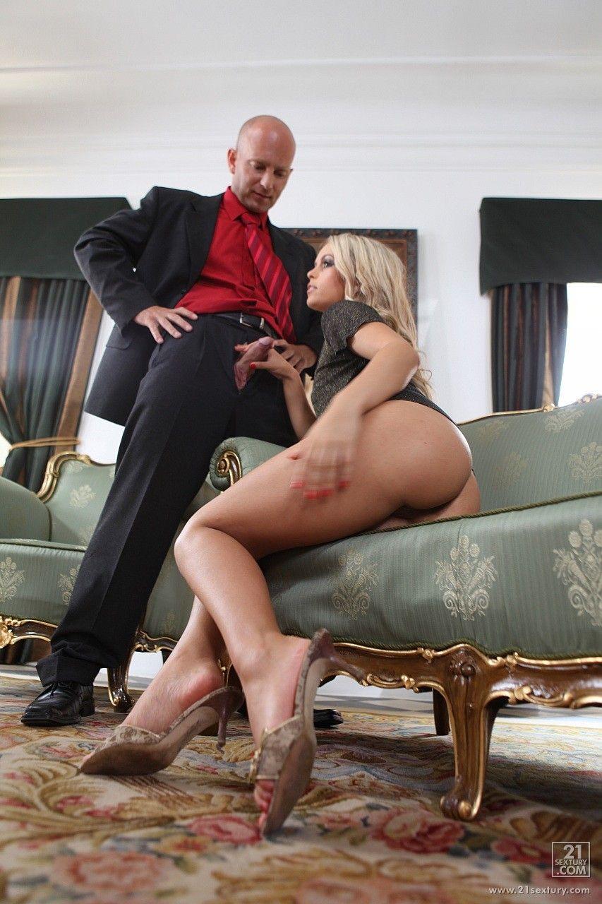 Сексапильную малышку с мальчишескими буферами Сабрина Блонд обрабатывают сразу два пениса в обе дырочки