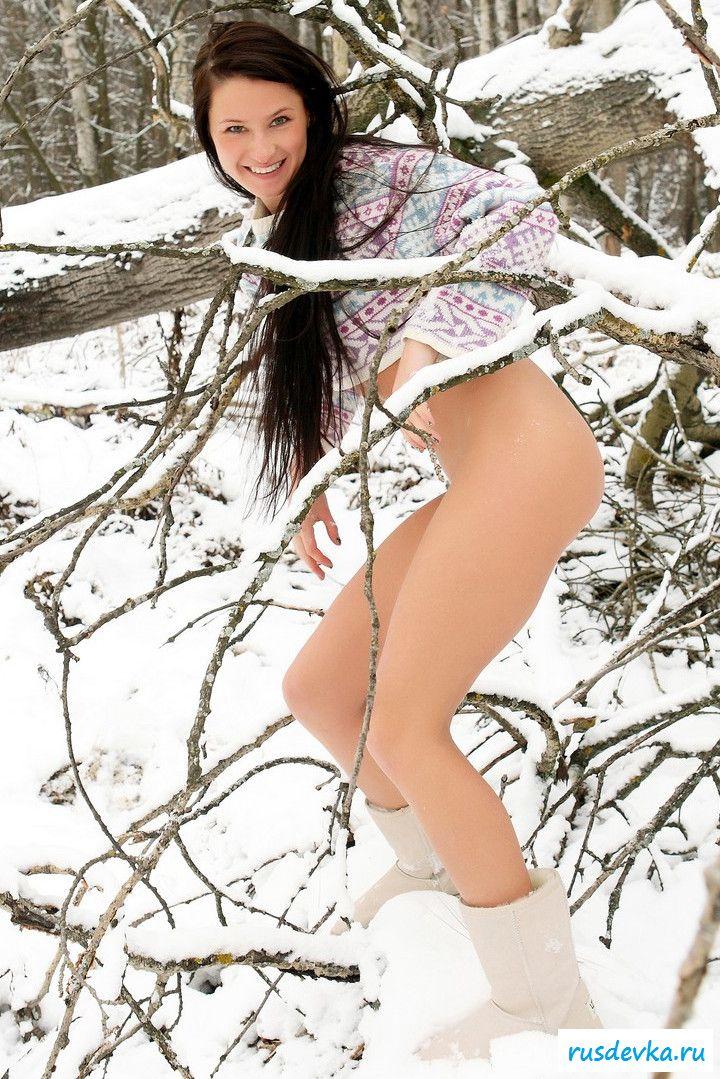 Нагая деваха со ухоженной фигурой фотографируется на снегу