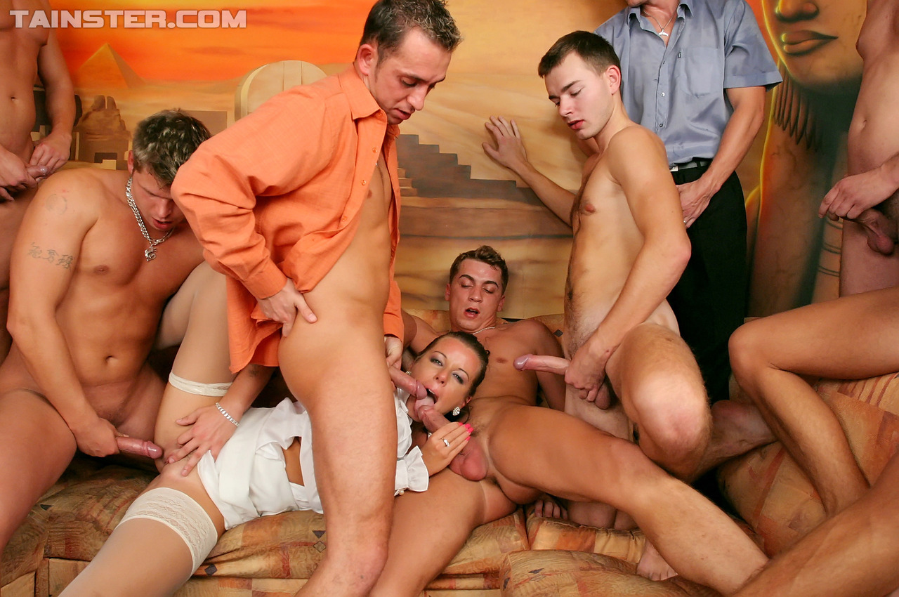 Крутая баба просит группу парнишек предоставить ей групповое кайф