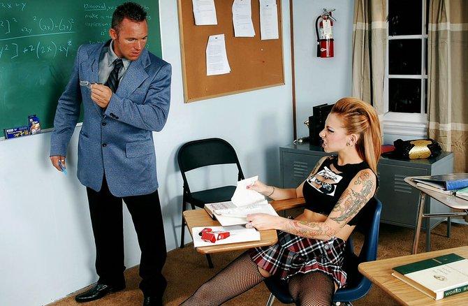 Очкастый препод трахает ученицу во влагалище на столике
