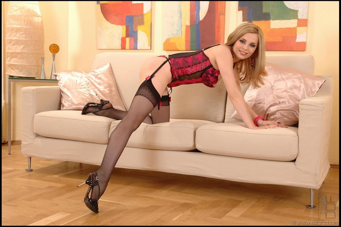 Симпатичная блондинка в соблазняющем корсете и гетрах Niky Sweet красуется и медленно снимает одежду