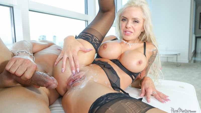 Блистательная блондинка принимает в себя толстый член, а затем разрешает кончить прямо на свои сиськи