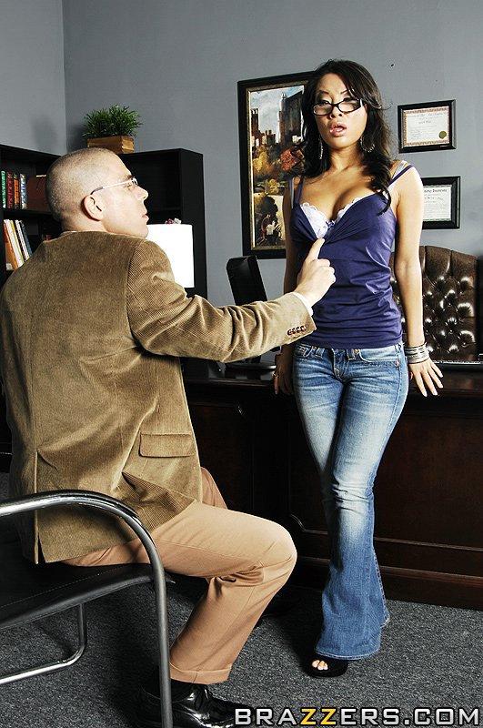 Китаянка с побритой писей в очках Аса Акира откинула свои джинсы чтобы усладить свою анальную дырку