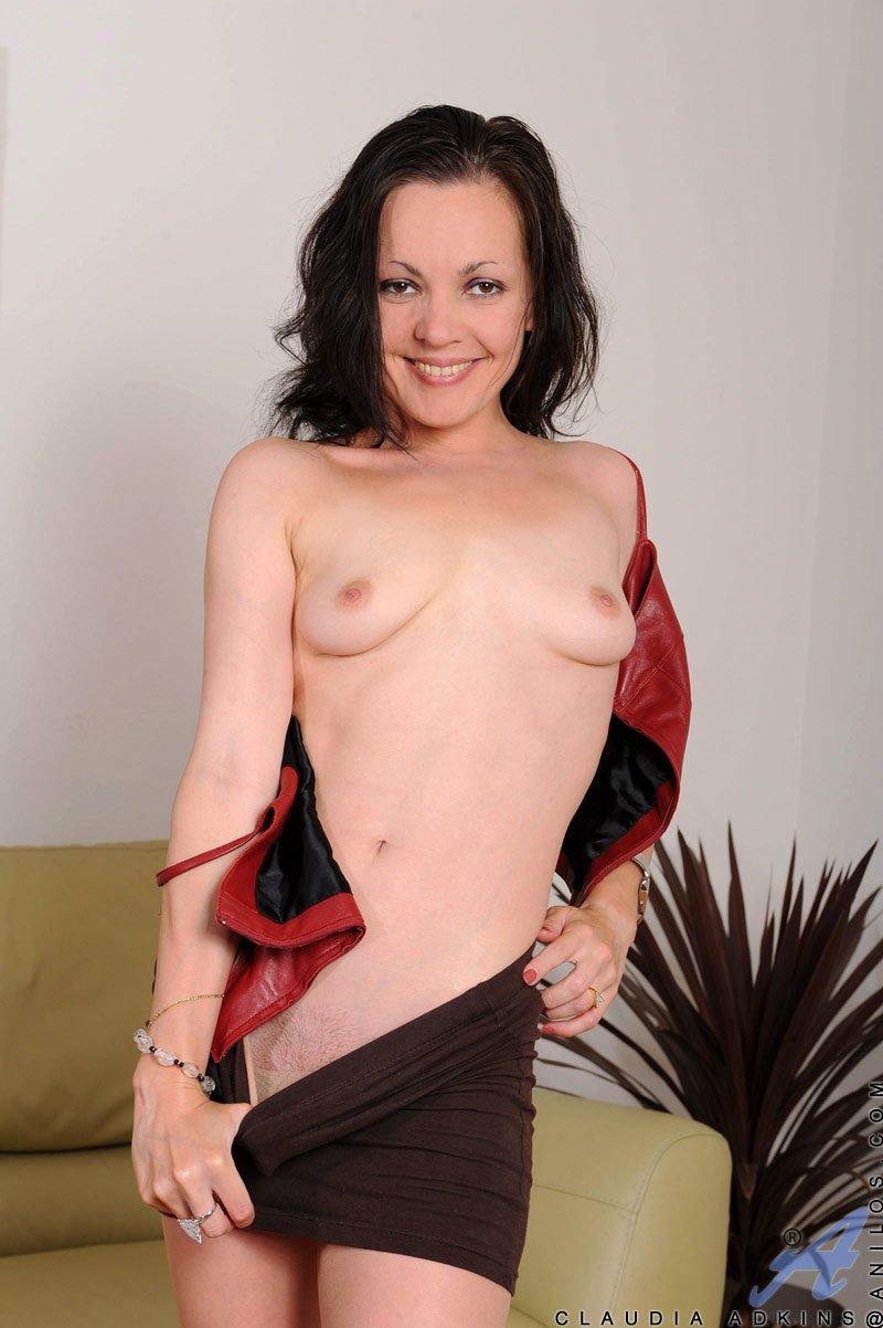 Ласковая стройная брюнетка Claudia Adkins стянула тугую юбочку и колготки
