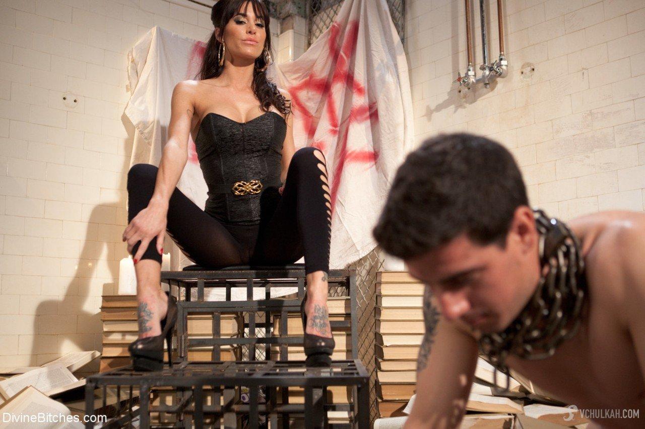 Садо-мазо фото: Госпожа унижает раба